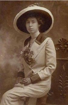 En ung Harriet i sina finaste Edwardianska kläder.