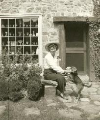Harriet S Adams tillsammans med sin hund på gården i Pottersville.