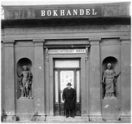 En farbror står utanför Bokhandelsaktiebolaget Minerva.
