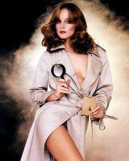 Pamela Sue Martin i enbart rock och förstoringsglas från Playboys omslag.